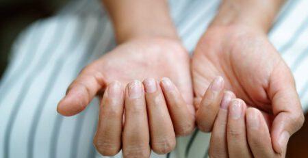 kreski na paznokciach