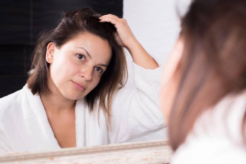 przetłuszczanie włosów